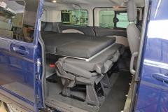 12_VanEssa Ford Tourneo Custom Bett seitlich Aufbau mit Rücksitzen 1